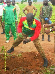 le colonel Jules Bationo plantant des arbres