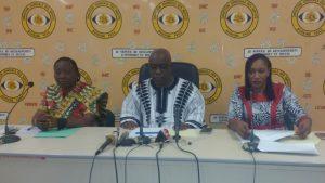 Le présidium lors de la conférence avec le Directeur général des impôts Adma Badolo avec, à sa gauche son adjointe Catherine Coulibaly et à sa droite la directrice de la législation et du contentieux Martine Kouda